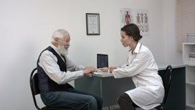 Vieux talkint patient au jeune docteur féminin clips vidéos