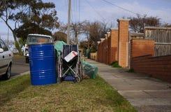 Vieux tambour bleu et fauteuil roulant cassé pour réutiliser par le Conseil photo stock