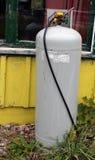 Vieux tambour de gaz à la maison abandonnée Images libres de droits