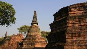 Vieux temple bouddhiste avec Bell et pagodas carrées de forme photo stock