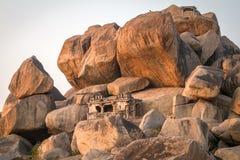 Vieux temple entre les pierres dans Hampi, Inde Photographie stock
