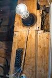 Vieux terminal électrique et une lampe à incandescence Image libre de droits