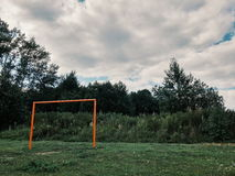 Vieux terrain de football dans le village, but image stock