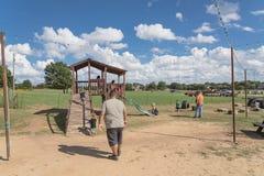 Vieux terrain de jeu en bois à la ferme rurale dans la vigne, le Texas, Etats-Unis photo libre de droits