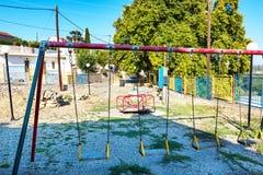 Vieux terrain de jeu vide dans le village grec sur l'île de Rhodes Rhodes, Grèce images stock