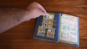 Vieux timbre-poste sur la table clips vidéos