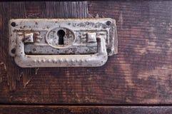 Vieux tiroir en bois avec les poignées fleuries d'étain Image stock