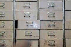 Vieux tiroir en métal de cru Meuble d'archivage photo libre de droits