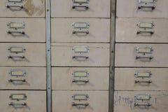 Vieux tiroir en m?tal de cru Meuble d'archivage photographie stock