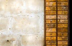 Vieux tiroirs en bois rustiques Image libre de droits