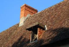 Vieux toit carrelé avec le grenier de Chimneyand image libre de droits