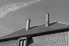 Vieux toit carrelé avec les cheminées et la fenêtre en noir et blanc photo stock