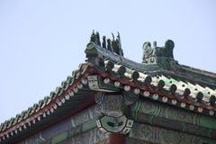 Vieux toit classique de porcelaine dans Pékin Images libres de droits
