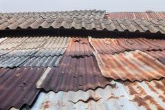 Vieux toit de zinc et vieux toit carrelé image libre de droits