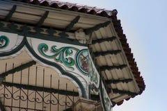 Vieux toit en bois découpé réglé contre le ciel bleu Photographie stock libre de droits