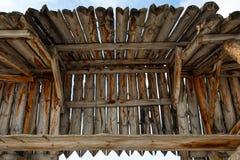 Vieux toit en bois dans un village russe à distance photos stock