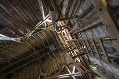 Vieux toit en bois de grange avec briller léger par les panneaux en bois Photos stock