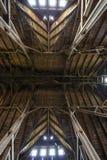 Vieux toit en bois de grange avec briller léger par les panneaux en bois Photo stock