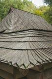 Vieux toit en bois, maison dans la forêt Image libre de droits