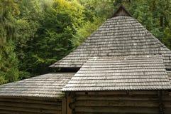 Vieux toit en bois, maison dans la forêt Images libres de droits