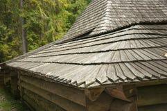 Vieux toit en bois, maison dans la forêt Photographie stock