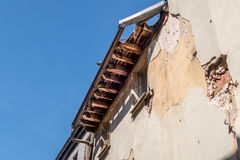 Vieux toit endommagé et putréfié - réparez un toit Photo libre de droits