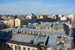 Vieux toits au centre de Pétersbourg Photos stock