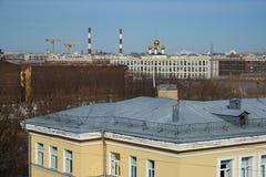Vieux toits au centre de Pétersbourg image libre de droits