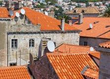 Vieux toits d'argile avec des plats de récepteur images stock