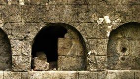 Vieux tombeau en pierre ouvert d'enterrement Photos libres de droits