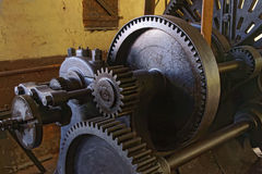 Vieux tour avec la commande par courroie dans une vieille usine photographie stock