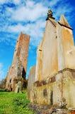 Vieux tour et cimetière d'église Photographie stock