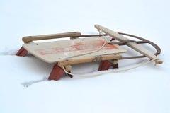 Vieux traîneau enterré dans la neige photos libres de droits