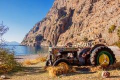 Vieux tracteur abandonné sur la plage dans la vallée des papillons en Turquie Photos stock