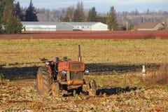 Vieux tracteur dépendant photo stock