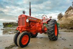 Vieux tracteur de cru des aventures de plage de fou de Bassan images libres de droits