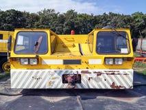 Vieux tracteur de remorquage d'avions Photos stock