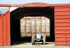Vieux tracteur et grange Photographie stock libre de droits
