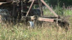Vieux tracteur labourant le sol Farmer4 banque de vidéos