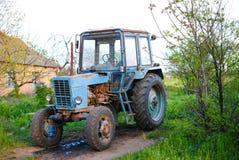 Vieux tracteur puissant soviétique appelé le Belarus Images libres de droits