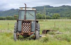 Vieux tracteur rouillé dans la campagne de Gallois photos libres de droits