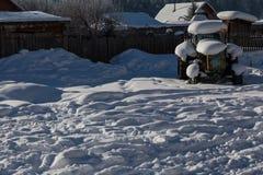 Vieux tracteur sous la neige Photos libres de droits