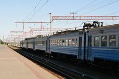 Vieux train bleu sur les voies Images stock