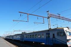 Vieux train bleu sur les voies Photos stock