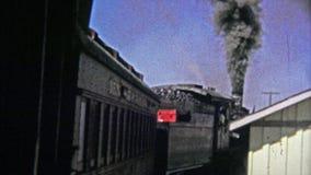 1972 : Vieux train de mise à feu de charbon de pollution retirant de la station banque de vidéos
