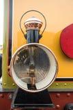 Vieux train de vapeur avec une grande lampe à pétrole Image stock