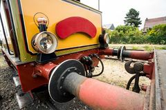 Vieux train de vapeur avec une grande lampe à pétrole Photo stock