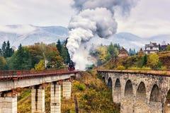Vieux train de vapeur passant au-dessus du viaduc ferroviaire Images libres de droits