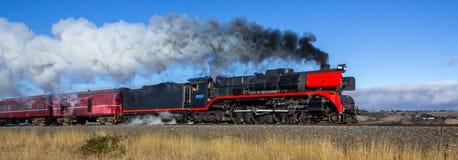 Vieux train de vapeur voyageant par Clarkefield, Victoria, Australie, mai 2019 images stock