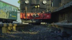 Vieux train ferroviaire historique 4K de locomotive à vapeur de mesure étroite clips vidéos
